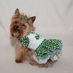 Soyez prêt pour la St-Patrick avec cette petite robe triple shamrock doux. Le corsage est blanc avec trois trèfles verts brodés sur elle. Le col a passepoil Vichy vert assorti et les manches à volants assortir le collier et la première couche de jupe. La deuxième jupe est un chèque de
