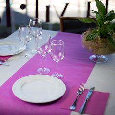 #Mantel de #papel #blanco con camino de mesa #rosa y #servilleta de #papel a…