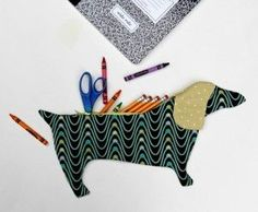 for princess' back-to-school, perhaps lr - Dachshund Zipper Pencil Pouch - with Free Pattern! Sewing Hacks, Sewing Tutorials, Sewing Crafts, Sewing Projects, Sewing Patterns, Diy Pencil Case, Pencil Pouch, Pencil Cases, Sewing For Kids