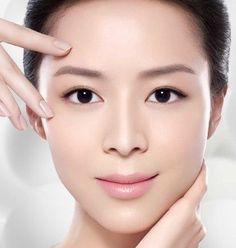 Cuidar do rosto com movimentos suaves e funcionais ajuda a alinhar a musculatura. Por isso, inclua a massagem facial na sua rotina diariamente.