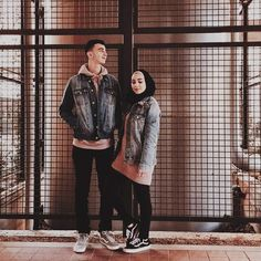 🥰 When deep down in the core of your being you believe that your soulmate exists there is no limit to the ways he or she can enter your life 🥰 Cute Muslim Couples, Cute Couples, Casual Hijab Outfit, Ootd Hijab, Couple Posing, Couple Shoot, Muslim Fashion, Hijab Fashion, Prewedding Hijab