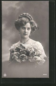 old postcard: Foto-AK NPG NR 2445: Porträt einer Frau mit Ohrringen