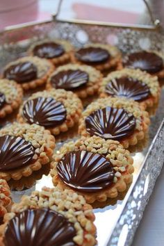Galletas con chocolate, praliné y dulce de leche. Translato… Cookies with chocolate, praline and dulce de leche. Translator at site ! Yes you can! Cookie Desserts, Easy Desserts, Cookie Recipes, Dessert Recipes, Yummy Cookies, Cupcake Cookies, Cupcakes, Valentines Food, Cookies Et Biscuits
