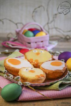 Amerikaner wie vom Bäcker mit süßer Osterdeko. Passend zu Ostern verkleiden wir das Gebäck in lustige Spiegeleier und süße Küken. Perfekt für die Ostertafel und für Kinder!