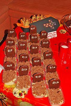 Maulwurfshügelkuchen als kleine Grabsteine. Halloween Snacks, Halloween Buffet, Happy Halloween, Breakfast, Desserts, Food, Halloween Food Recipes, Mole, Scary Halloween