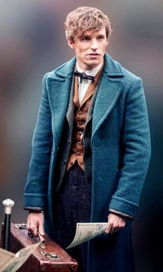 Now you can have the Fantastic Beasts And Where to Find them coat worn by the versatile Eddie Redmayne. The Newt Scamander Coat is the latest trend. Harry Potter Cosplay, Harry Potter Cast, Harry Potter Characters, Harry Potter Universal, Harry Potter World, Film Fantastic, Fantastic Beasts Movie, Fantastic Beasts And Where, Incredible Film