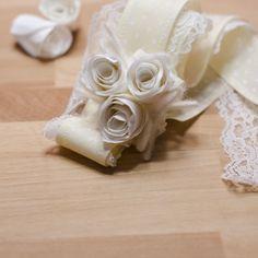 Come fare un bracciale per la sposa e le damigelle