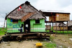 Perou-Amazonie: Iquitos quartier de Belen. Iquitos est une ville surprenante! Seul ville de plus de 300 000 habitants au monde ou l'on peut y aller qu'en bateau ou en avion! Iquitos est une ville établie entre les rios Amazone, Nanay et Itaya... Outre les balades en bateau je vous conseil le magnifique marché de la ville!!! Pour plus d'information sur Iquitos je vous donne rendez-vous sur mon blog: http://www.yoytourdumonde.fr/voyage-perou-iquitos-ville-amazonie/