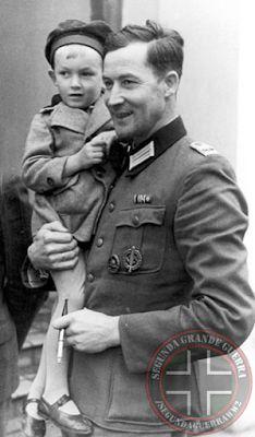 Hosenfeld segurando um jovem polonês em setembro de 1940     Wilm tornou-se amigo de diversos poloneses e até se esforçou para aprender a sua língua, participou de comunhões e até mesmo confissões, mesmo que isso fosse proibido para o Partido Nacional-Socialista. Todos esses atos começaram após ele deixar os prisioneiros de guerra poloneses terem contato com suas respectivas famílias. Posteriormente, conseguiu libertar um prisioneiro. Em todo o tempo em que Hosenfeld ficou em Varsóvia,