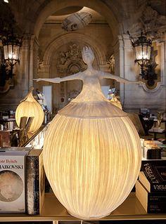 Hechas de papel, estas lámparas adornan e iluminan con sutileza, originalidad y elegancia. Sophie Mouton-Perrat y Frédéric Guibrunet de Papier a Etres, son los artistas de estas magníficas escultur…