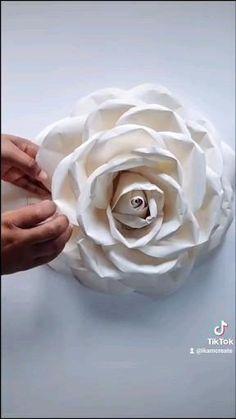 Diy Wall Flowers, Flower Diy, Giant Paper Flowers, Flower Crafts, Paper Flower Patterns, Paper Flowers Craft, Paper Flower Backdrop, Paper Flower Tutorial, Diy Paper Roses
