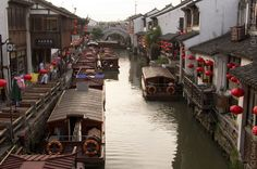Suzhou, en la provincia de Jiangsu, #China .Recomendable hacer un paseo en barca por sus mágicos canales.  www.maimaiwenhua.com  #CulturaChina #Asia