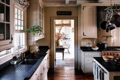 Traditional country kitchens are a design option that is often referred to as being timeless. Over the years, many people have found a traditional country kitchen design is just what they desire so they feel more at home in their kitchen. New England Kitchen, New Kitchen, Cozy Kitchen, Kitchen Ideas, Kitchen Layout, Kitchen Colors, Awesome Kitchen, New England Farmhouse, Kitchen Black