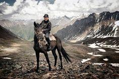 Em uma caminhada de vários dias para o lago de montanha Son-Kul no Quirguistão: Este jovem ...