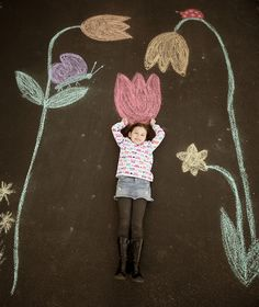 We like these interactive sidewalk chalk murals. Chalk Photography, Chalk Pictures, Chalk It Up, Chalk Board, Foto Fun, Sidewalk Chalk Art, Chalk Drawings, Cute Images, Fun Crafts