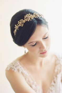 Vintage bridal style: Soft makeup and pink lipstick, lace wedding gown, minimal pearl jewelry and an embellished gold bridal headpiece. Wedding Hair And Makeup, Wedding Updo, Wedding Hairstyles, Lace Wedding, Crystal Wedding, Wedding Blog, Wedding Ideas, Bridal Looks, Bridal Style