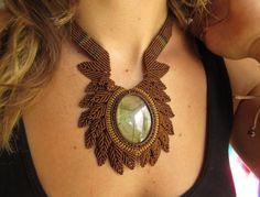 Collier création en macramé marron avec pierre naturelle forme cabochon Labradorite. Fait Main. : Collier par papachocreations