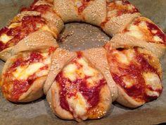 Hallo Ihr Lieben,   neulich habe ich auf Facebook ein Bild von einem Brotring mit einer Tomaten-Käsefüllung gesehen, leider war kein Rezept ...