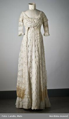 Digitalt Museum - Klänning i linong och spets. 1900s Fashion, Edwardian Fashion, Vintage Fashion, Vintage Beauty, Gothic Fashion, Belle Epoque, Antique Clothing, Historical Clothing, 1900 Clothing