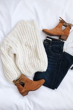 OUTFIT IDEAS FOR WORK AND SCHOOL Chunky knit white sweater with dark denim wash jeans and boots.Chunky knit white sweater with dark denim wash jeans and boots. Mode Outfits, Trendy Outfits, Fashion Outfits, Womens Fashion, Classy Outfits, Chic Outfits, Fashion Boots, Fashion Trends, Black Outfits