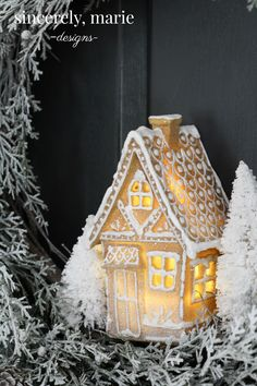 I& really thrilled with the project I have for you guys today. It& a simple and easy DIY gingerbread house wreath that you can make in one afternoon! White Gingerbread House, Gingerbread House Designs, Christmas Gingerbread, Gingerbread Houses, Christmas Themes, Holiday Crafts, Christmas Holidays, Christmas Wreaths, Christmas Decorations