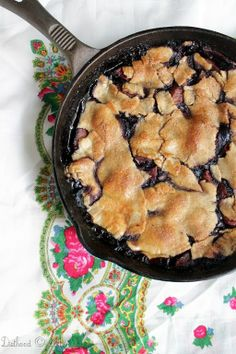 Skillet Apple Berry Pie: Apples and Berries Pie baked in a skillet. Just Desserts, Delicious Desserts, Yummy Food, Dessert Healthy, Healthy Meals, Pie Dessert, Dessert Recipes, Brownies, Look Plus Size