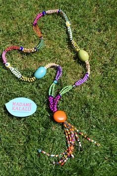 Collar de taguas realizado de manera artesanal por Madame Kalalú. Cuentas de varios colores y taguas de colores: turquesa, verde y naranja. Ramillete de cuentas rematadas con ojos de Panamá. #altaartesania #exclusividad #madamekalalu (Ref. COTALO0013)