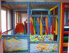 Gökkuşağı Üretim Yeri : Türkiye de üretilmektedir. Ebat : 4,50m x 3,68m x 2,0mH Uygunluk : Anaokulları, Restaurant, Çocuk Cafe, Poliklinikler, Parti Evleri, Hastane, Oteller, AVM'ler için uygundur. Uygulama tipi : 20 gün içesinde teslim  Özellikleri : İç Mekanda kullanılabilir. Sistemin iç zemini tamamen sünger kaplı olup çocuk sistemin içinde sadece süngere basar. 7 yumuşak sosis 1 yatay ve 1 dikey silindir 1 yumuşak kaydırak 2 yarım silndir 1 dijital baskılı panel ( gökkuşağı temalı)