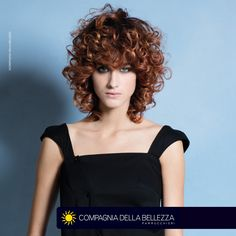 #HAIR MARGUTTA Lob dalle scalature rock con frangia lunga e dentelè: il gioco multistyling dell'estate dal carattere liscio natural, mosso free o mosso curvy. Curled Hairstyles, Hair Looks, Hair Inspiration, Curls, Short Hair Styles, Camisole Top, Tank Tops, Estate, Erdem