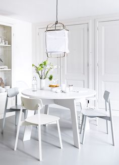 White dining room with white vtwonen furniture, dining table Grip, stool Spider, chair Stip and Ay illuminate light with natural materials. | Styling Kim van Rossenberg | Photographer Sjoerd Eickmans | vtwonen May 2015 | #vtwonencollectie