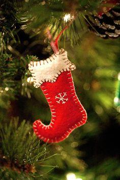 Homemade Christmas - Crafts For Christmas Felt Christmas Stockings, Felt Christmas Decorations, Christmas Ornaments To Make, Christmas Sewing, Felt Ornaments, Homemade Christmas, Christmas Projects, Holiday Crafts, Christmas Crafts