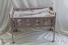 Dukkeseng: Malet en knaldrød dukkeseng med pure og ovenpå med Henrietta og tør brush med barnelige strøg, vokset og syet madrasse, dyne og pude til - og håber at de finder et nyt hjem på et tidspunkt hos en lille pige.
