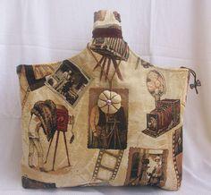 Bolso de mano, ideal para llevar en el antebrazo. Confeccionado en tela de tapiceria