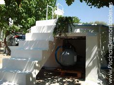 Escalera de obra para una Piscina Desmontable. Además incluye un compartimento para resguardar el filtro de arena.