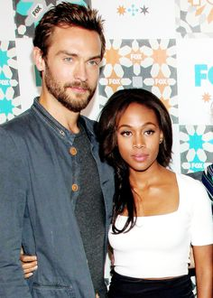 "Sleepy Hollow - Fates۵Entwined [Crane&Abbie] ""Their dynamic really is the core of the show, and they're incredible together.""~Mark Goffman - Page 17 Tom Mison, Sleepy Hollow Abbie, Pretty People, Beautiful People, Bwwm, Nerd Love, Interracial Couples, Queen, Crane"