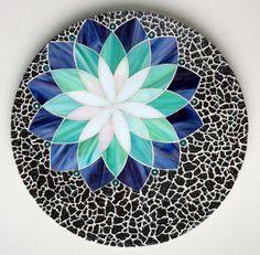 Love this design, but not the black. Grand dessous de plat en verre et crackle, motif rosace.