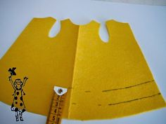 Para hacer el vestido de volantes a Nancy , necesitamos dos bayetas , 25 cm de cinta de flecos , y algún retalíto de fiel...