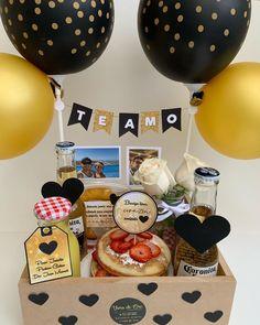 Bff Birthday Gift, Birthday Box, Breakfast Basket, Ideas Aniversario, Sleepover Food, Magic Day, Gift Envelope, Wedding Gift Boxes, Year Anniversary Gifts