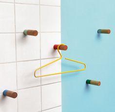 Farbige Akzente setzen die Wandhaken von Supershape aus geöltem Eichenholz und lackiertem Stahl, 2er-Set. (Foto: Supershape)