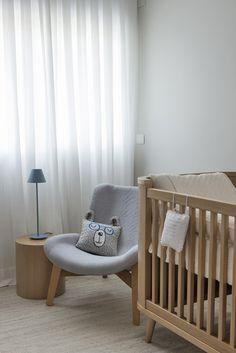 Quarto de bebê - Decoração moderninha - branco azul cinza e madeira clara - poltrona de amamentação com almofada divertida ( Projeto: Triplex Arquitetura )