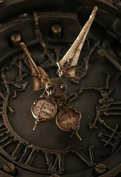 Steampunk clock w/ dagger hands Objets Antiques, Father Time, Old Clocks, Antique Clocks, Vintage Clocks, Brown Aesthetic, Dieselpunk, Compass, Pocket Watch