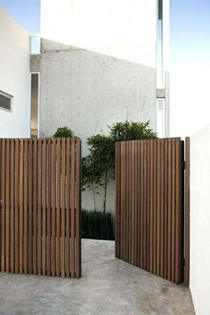 Awesome Backyard fence ornaments,Modern fence gate design and Front yard fence edmonton. Tor Design, House Design, Privacy Fence Designs, Privacy Screens, Patio Privacy, Sloped Yard, Wooden Gates, Timber Gates, Wooden Driveway Gates