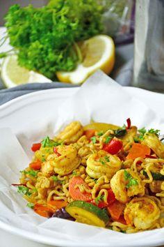 Wok med scampi i honning- og chilisaus Pasta Noodles, Scampi, Shrimp, Nom Nom, Food And Drink, Meat, Dinner, Macaroni, Dining