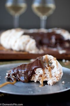 A pareve Kosher for Passover toasted coconut pavlova topped with cocoa pudding and caramel sauce. Tastes like a big Girl Scout cookie! Passover Desserts, Passover Recipes, Jewish Recipes, Gourmet Recipes, Dessert Recipes, Dessert Ideas, Jewish Desserts, Passover Food, Jewish Food