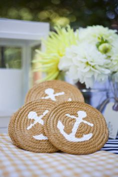 Anchor coasters Rope, hot glue, white paint (cute gift idea with monograms). Maybe make one bigger piece, rather than coasters Rope Crafts, Beach Crafts, Diy And Crafts, Arts And Crafts, Cute Gifts, Diy Gifts, Diy Cadeau, Crafty Projects, Coastal Decor