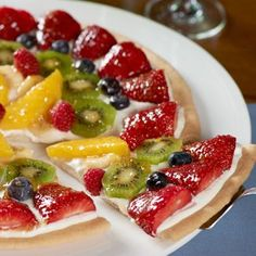 How beautiful and delicious does this Fruit Pizza look?