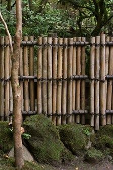 Gardening In The City Natural Bamboo Fence Ideas for Your Garden. Not only an iron fence, concrete, or wood. Now bamboo fence is also a favorite of many, ranging from rural people to people who live in the city. Fence Landscaping, Backyard Fences, Garden Fencing, Country Fences, Rustic Fence, Bamboo Garden, Bamboo Fence, Bamboo Wall, Fence Design