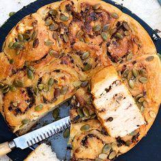 Salt butterkaka med krämig färskostfyllning och olivröran tapenade! Finfin till en soppa eller sallad. Degen ska jäsa långsamt i kylen över natten, så förbered dagen innan du tänker servera.
