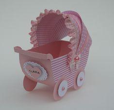 Imagine este lindo carrinho de bebê, cheio de doces ou balas enfeitando sua mesa do chá de bebê de sua filhinha. Vai ser só elogios dos convidados. São feitos em papel de scrap e decorados com fitas, laços, pérolas e o nome da criança. Faço pacotes com 12 peças e na cor que o seu coração escolher. Altura: 12.00 cm Largura: 6.50 cm Comprimento: 14.00 cm Peso: 12 g Scrapbook Bebe, Origami, Wooden Toys, Baby Shoes, Kids, Party, Baby Ideas, Album, Baby Buggy