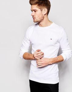 T-Shirt von Hilfiger Denim Baumwoll-Jersey Rundhalsausschnitt markentypisches Flaggenlogo reguläre Passform - entspricht den Größenangaben Maschinenwäsche 100% Baumwolle Model trägt Größe M und ist 183 cm/6 Fuß 0 Zoll groß